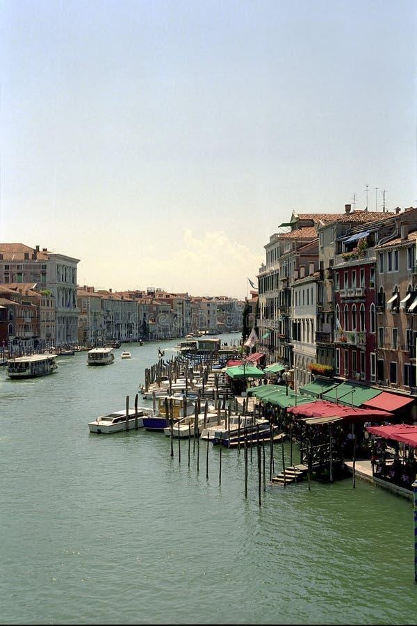 Venise, vue de la ville Maisons et piliers antiques avec des gondoles images stock