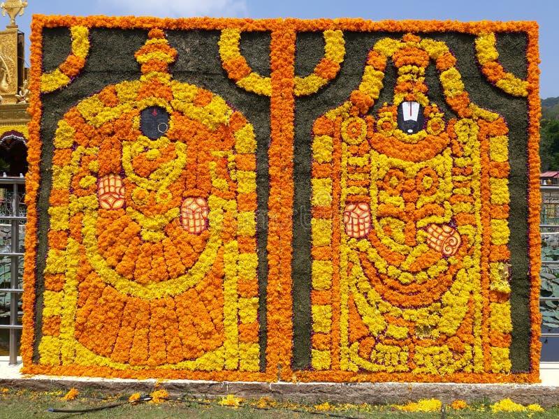 Venkateswara tradicional hindu do senhor do deus e sua esposa feitos com flores foto de stock royalty free