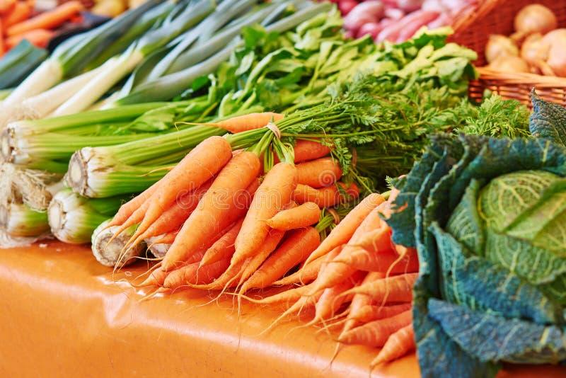 Venkel en wortelen op Parijse landbouwersmarkt royalty-vrije stock afbeeldingen