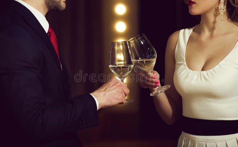 vennootschap gerinkelglazen met witte wijn van paar op vergadering stock fotografie