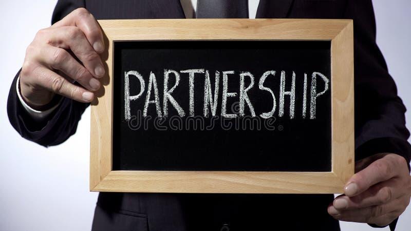 Vennootschap op bord, het teken van de zakenmanholding, bedrijfsconcept wordt geschreven dat royalty-vrije stock foto