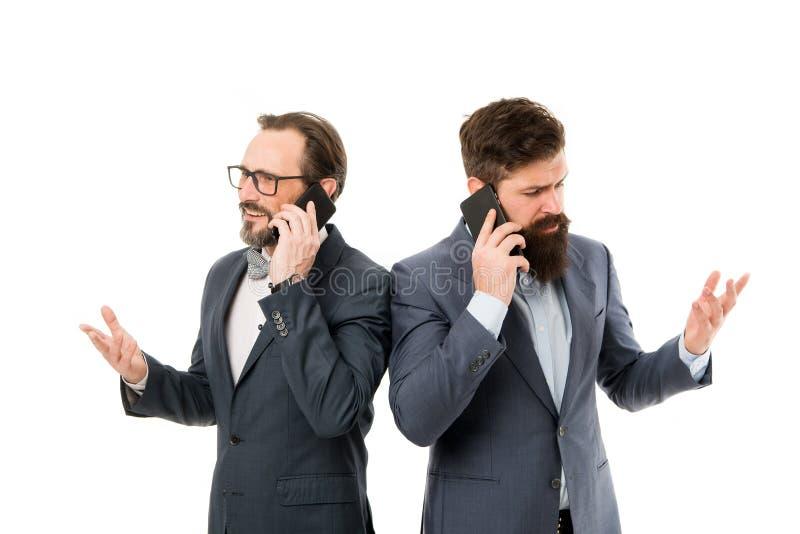 Vennootschap van mensen die op telefoon spreken Samenwerking en groepswerk rijpe mensen Behendige zaken bedrijfsmededeling over stock foto