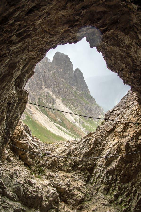 Venster in de bergmuur die wordt gesneden stock foto's