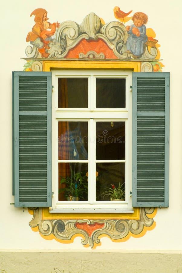 Venster in een geschilderd huis in Beieren stock foto