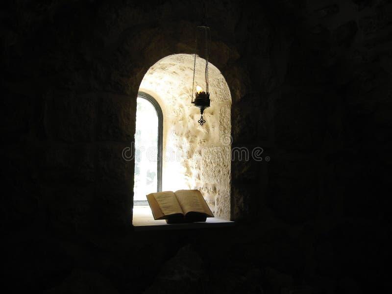 Venster en bijbel stock foto