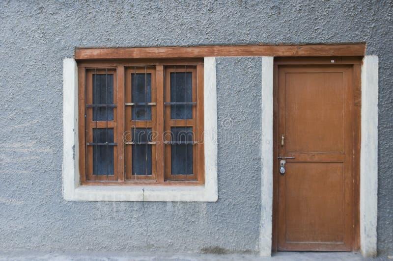 Venster en deur thuis in Nubra-vallei, Leh stock foto