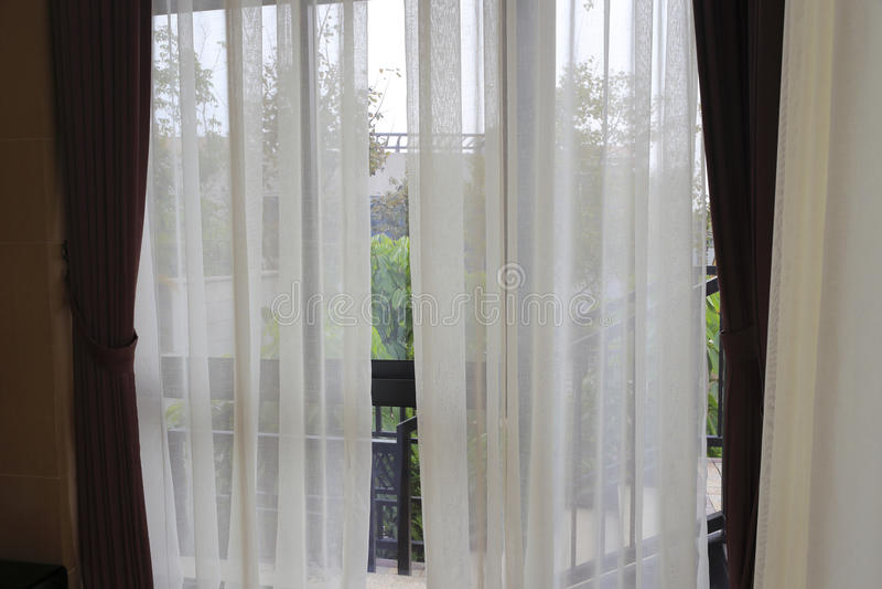 venster en gordijn stock foto