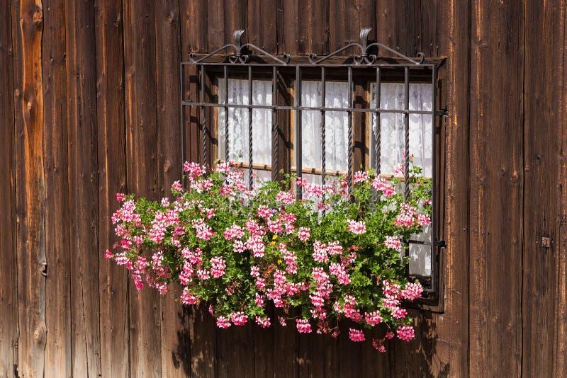 Venster en ruwe houten muren met bloemen in traditionele wabi-sabistijl stock foto's