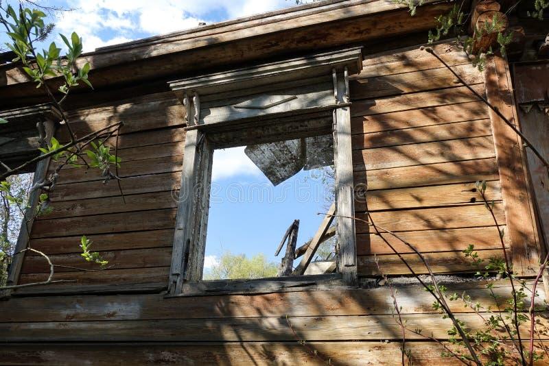 Venster het openen van een oud geruïneerd blokhuis Rusland royalty-vrije stock afbeelding