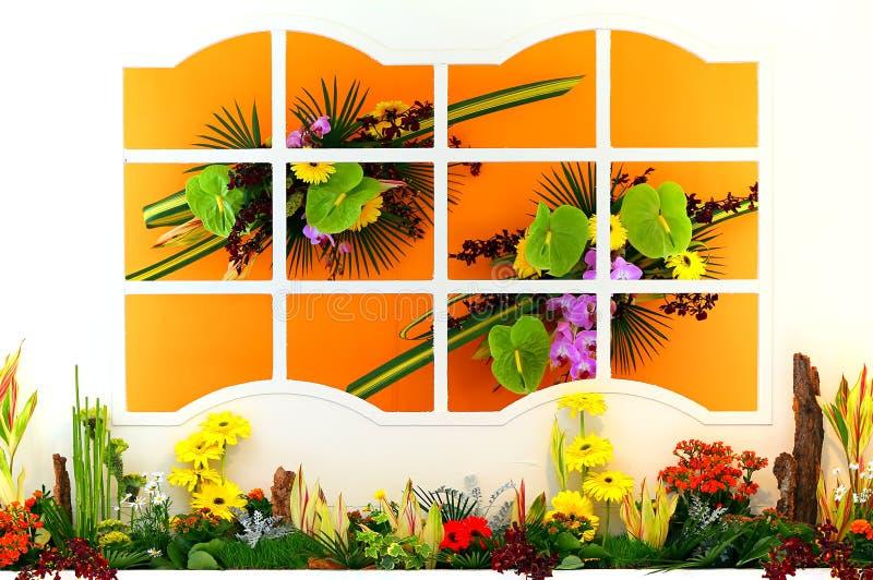 Venster met bloemen stock foto's