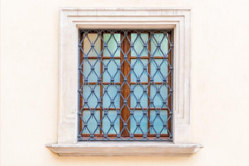 venster met een middeleeuws-stijltraliewerk royalty-vrije stock foto's