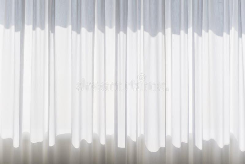 Venster met gekruld wit gordijn stock afbeeldingen