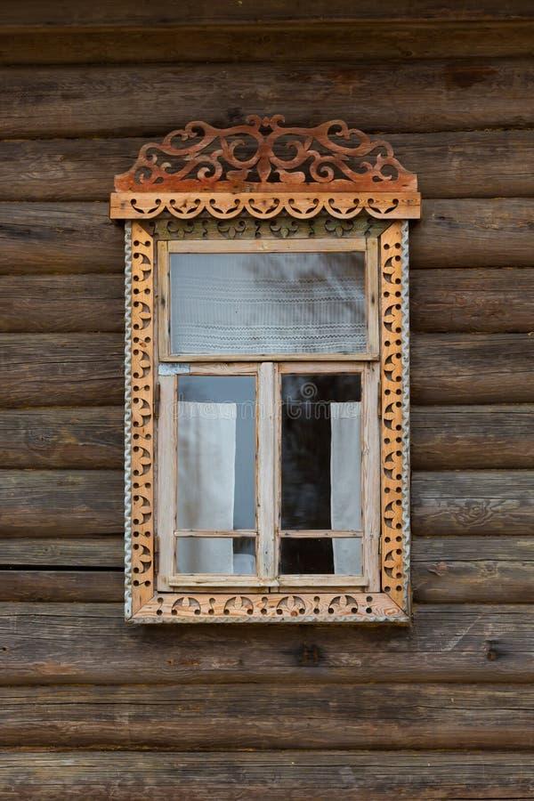 Venster met gesneden houten versieringen stock fotografie