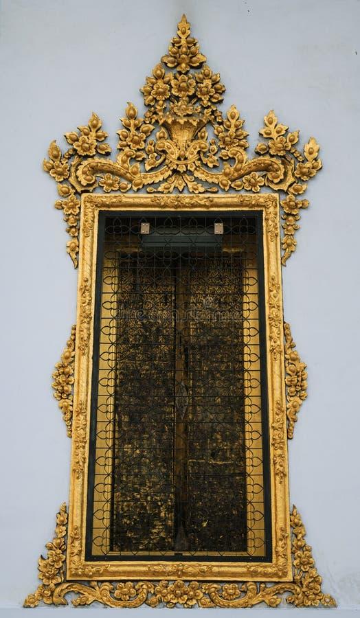 Venster met gouden gipspleisterkunst bij de tempel royalty-vrije stock afbeeldingen