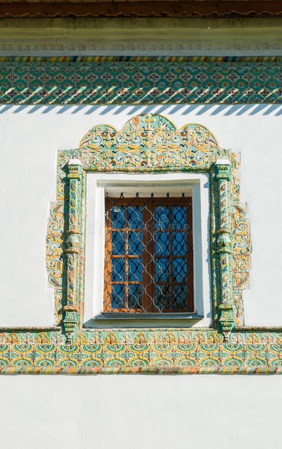 Venster met kleurrijke oude moza?ektegels die wordt ontworpen Het stauropegic klooster van Nicholas Vyazhischsky, Veliky Novgorod stock foto