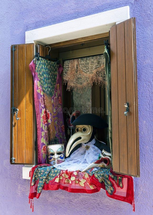 Venster met Venetiaanse Carnaval-toebehoren stock afbeeldingen