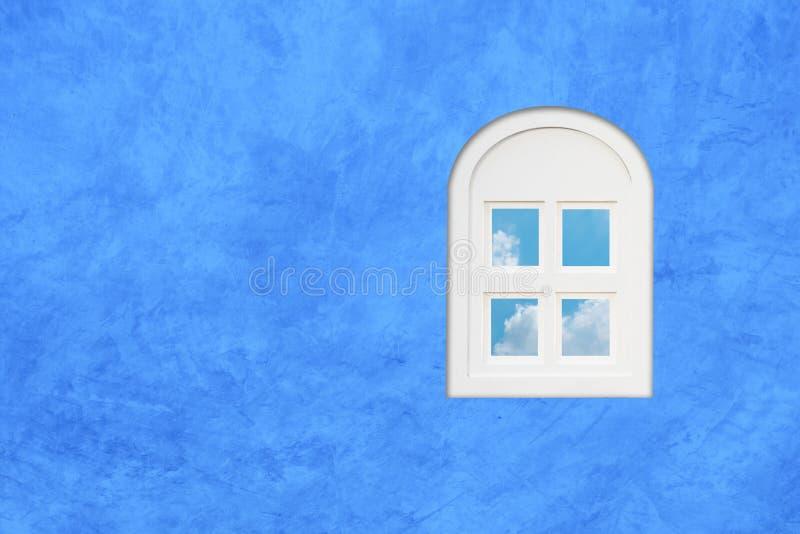 Venster op de blauwe muur royalty-vrije stock fotografie