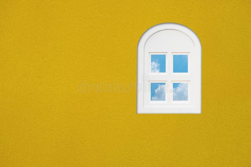 Venster op de gele muur royalty-vrije stock foto