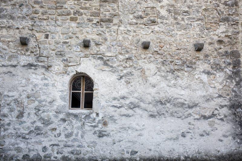Venster op de muur bij Chillon-kasteel - Veytaux, Zwitserland stock foto's