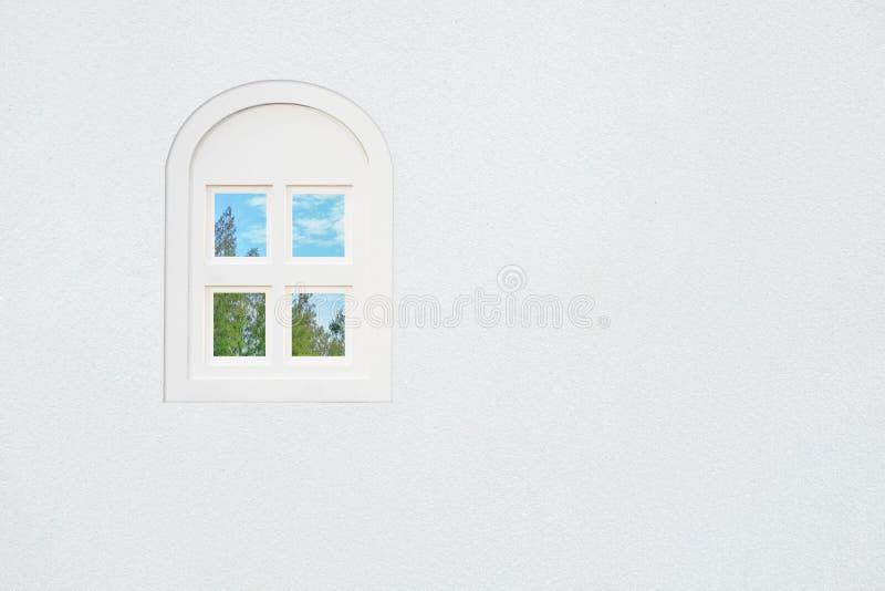Venster op de witte muur stock foto