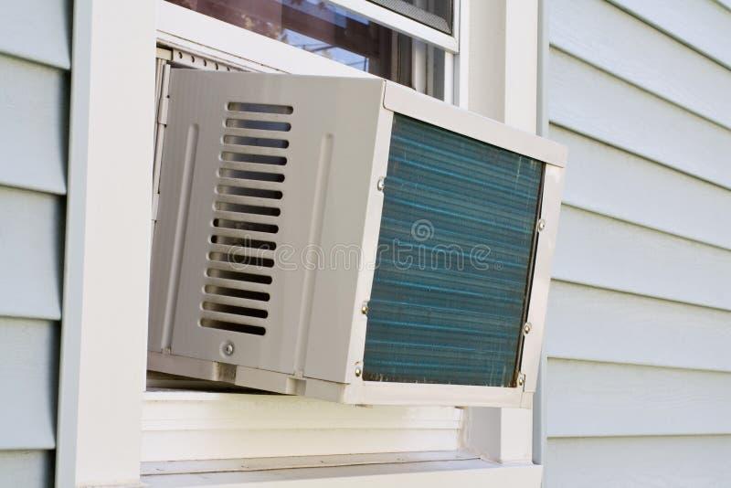 Venster opgezette airconditioner stock fotografie