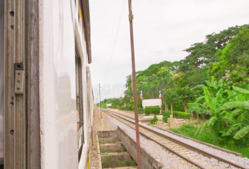 Venster oud van de reis van de treinlooppas in platteland selecteer nadruk met ondiepe diepte van gebied en vage achtergrond royalty-vrije stock foto
