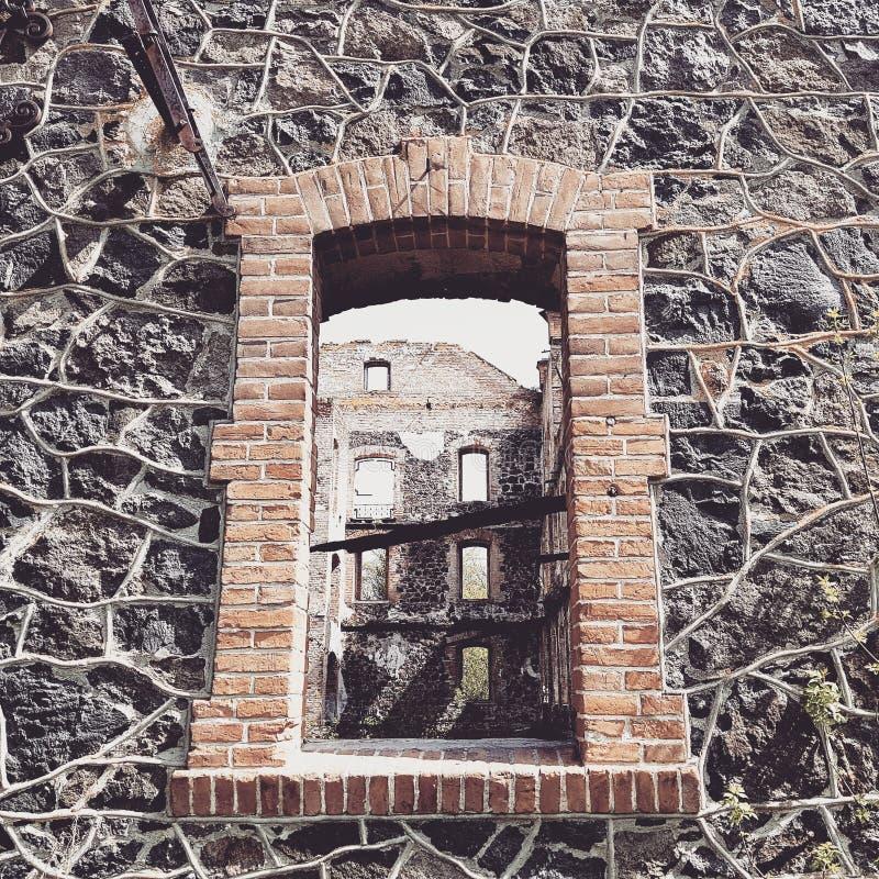 Venster in oude vernietigde watermolen in Sokilets, de Oekraïne royalty-vrije stock afbeelding