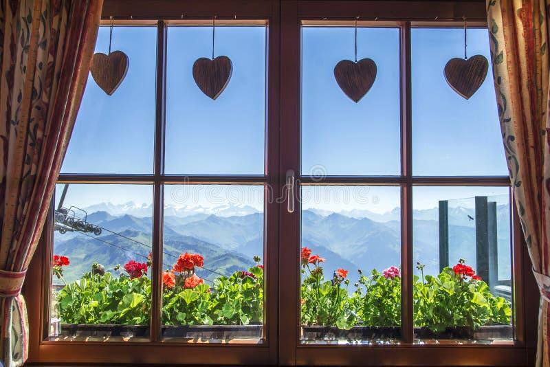Venster van alpien plattelandshuisje, Tirol, Oostenrijk royalty-vrije stock afbeeldingen