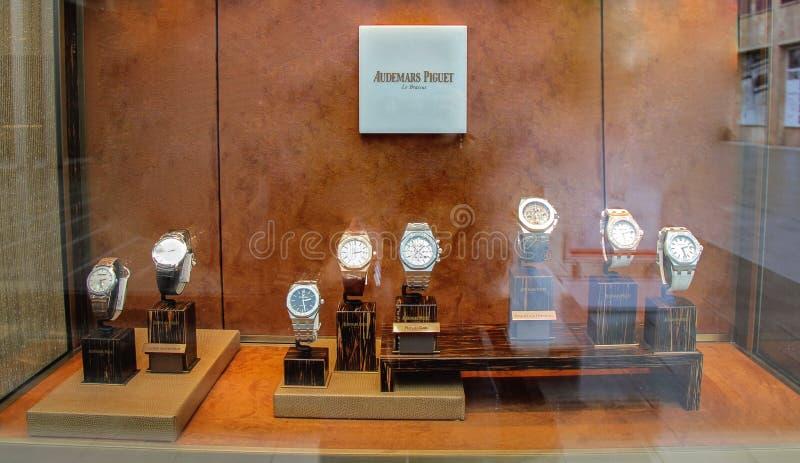 Venster van de de luxeopslag van het Audemars piguet het koninklijke eiken horloge stock fotografie