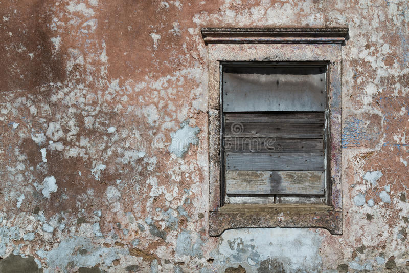 Venster van een oud verlaten huis royalty-vrije stock foto