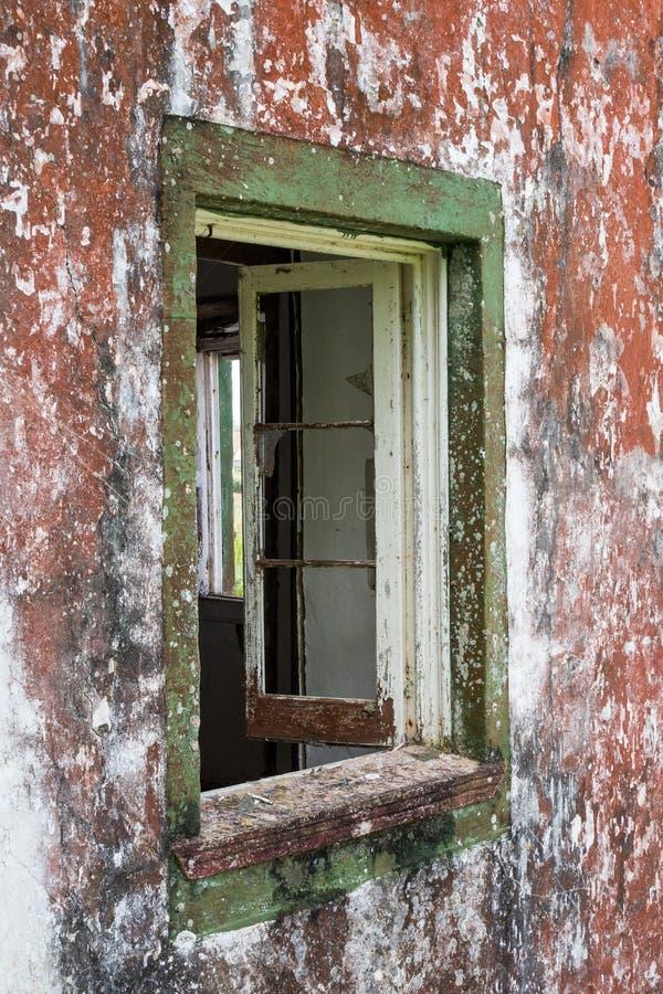 Venster van een verlaten huis stock afbeelding