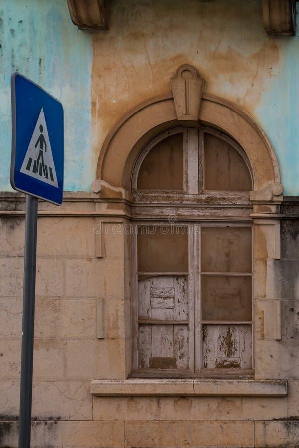 Venster van een verlaten huis en verkeersteken royalty-vrije stock foto's