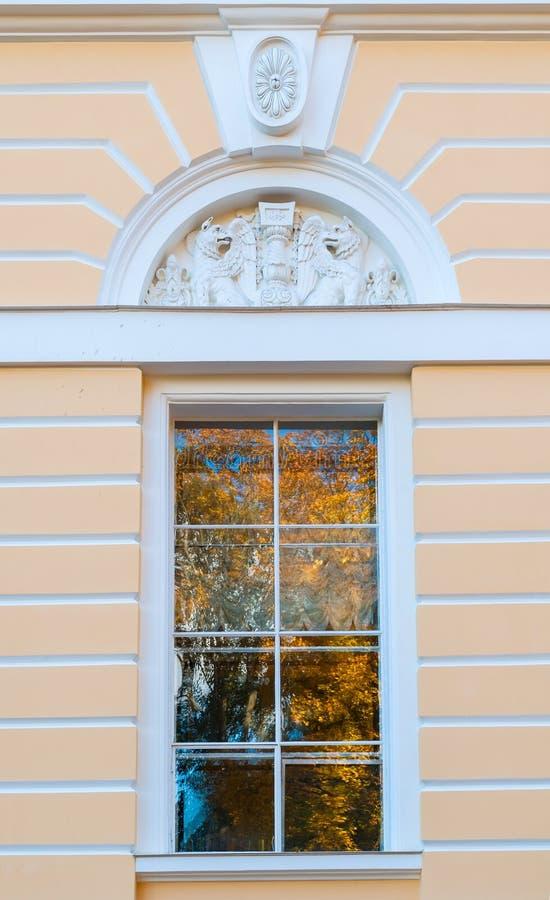 Venster van Noordelijke voorgevel van Mikhailovsky-paleis, de bouw van het Russische museum van de Staat in St. Petersburg, Rusla royalty-vrije stock fotografie