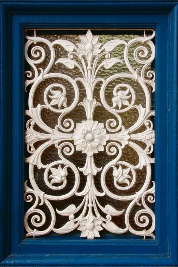 Venster van witte ijzerdecoratie royalty-vrije stock foto