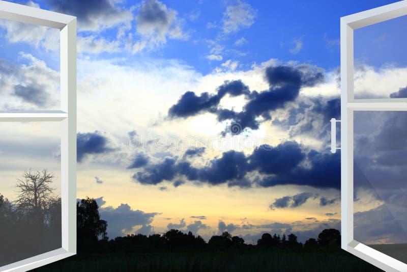 Venster voor zonsondergang met donkere wolken wordt geopend die royalty-vrije stock afbeeldingen