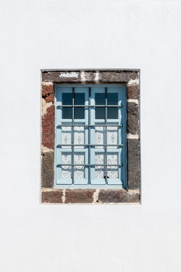 Venster in wit huis op Santorini-Eiland Griekenland stock fotografie
