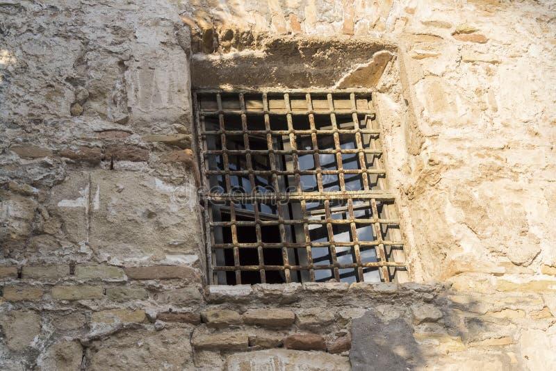Vensterbars in voorgevel van oud huis stock foto afbeelding 59824984 - Oud huis ...