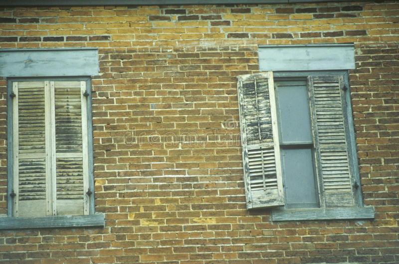 Vensterblinden op een verlaten baksteenhotel, PA stock afbeeldingen