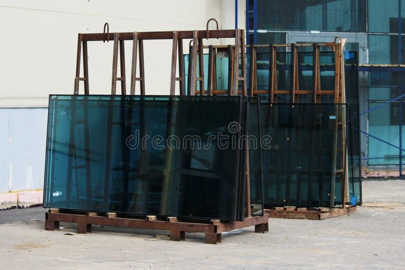Vensterglas groen op de tribune op vervanging tijdens de reparatie van een groot commercieel centrum wordt voorbereid dat royalty-vrije stock afbeelding