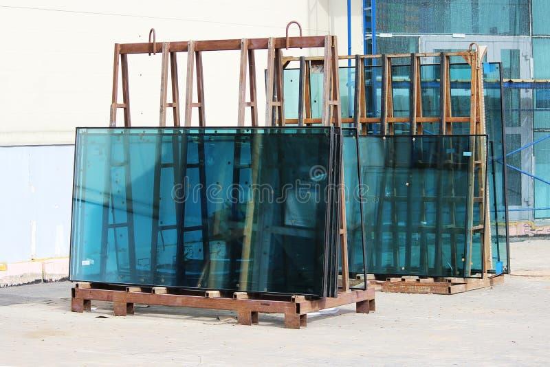 Vensterglas groen op de tribune op vervanging tijdens de reparatie van een groot commercieel centrum wordt voorbereid dat royalty-vrije stock foto