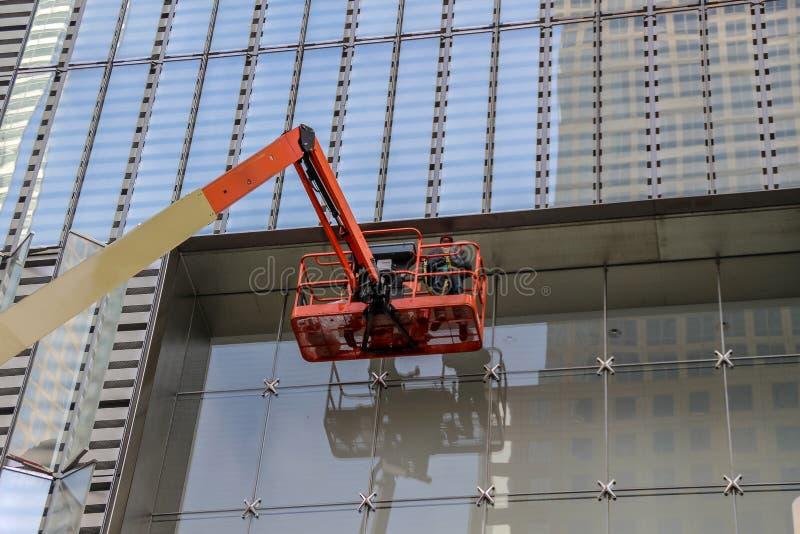 Vensterreinigingsmachine die aan een glasvoorgevel werken royalty-vrije stock afbeeldingen