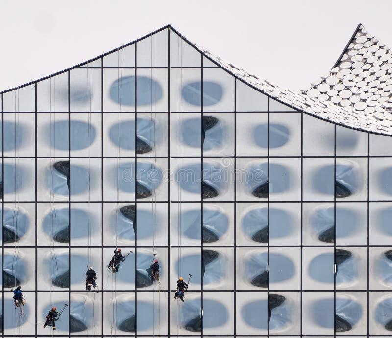 Vensterreinigingsmachines die Elbphilharmonie schoonmaken stock fotografie