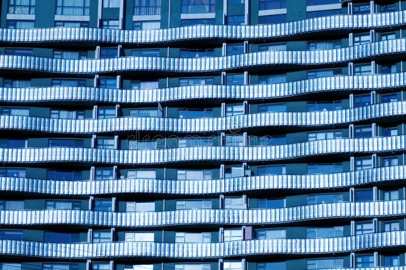 Vensters door de moderne bouw royalty-vrije stock afbeeldingen