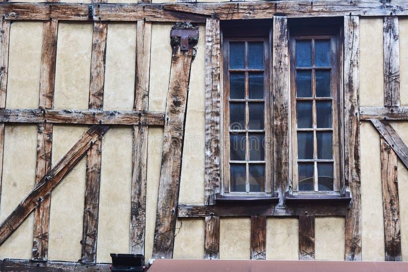 Vensters in een middeleeuws helft-betimmerd gebouw royalty-vrije stock afbeelding
