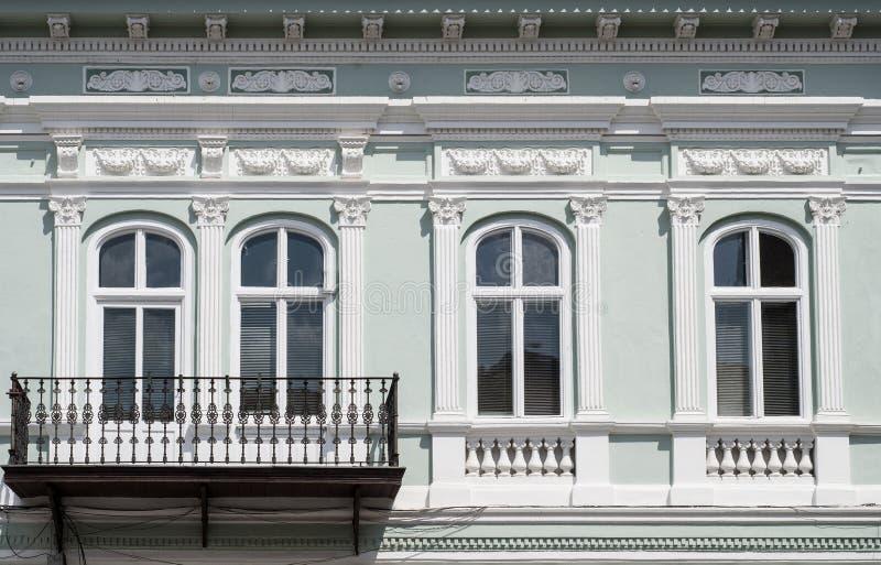 Vensters en balkon stock fotografie