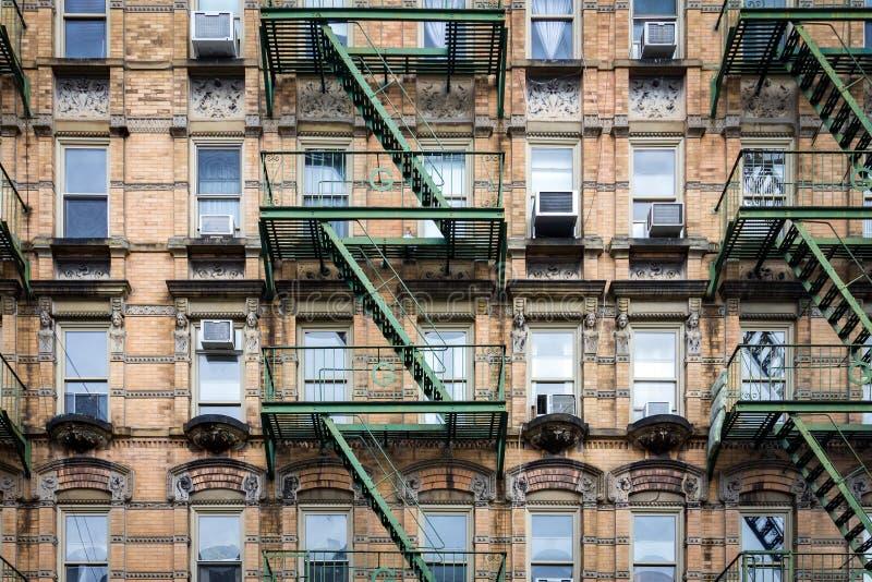 Vensters en Brandtrap bij de Oude Bouw in de Stad van New York royalty-vrije stock fotografie