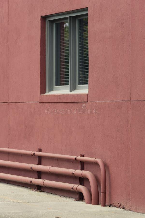 Vensters en van vensterdozen de versieringen van plantersvertoningen verbeteren architectuur royalty-vrije stock foto's
