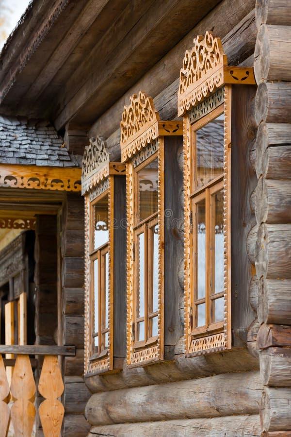 Vensters met gesneden houten versieringen royalty-vrije stock foto's