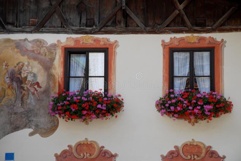 Vensters met gordijnen en bloemen in Oberammergau in Duitsland royalty-vrije stock afbeeldingen