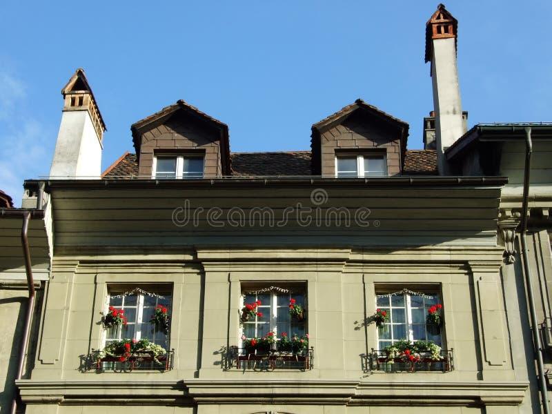 Vensters op de vloer van een privé woningbouw in het stadscentrum van Bern royalty-vrije stock foto